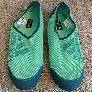 New w/out tag Adidas water shoe 5 US